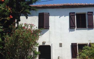 Παραδοσιακή πέτρινη κατοικία με θέα στον Λαύκο